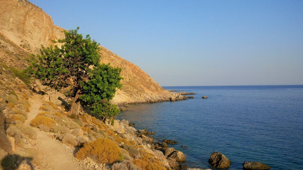 Trilha para chegar na praia de Glyka Nera