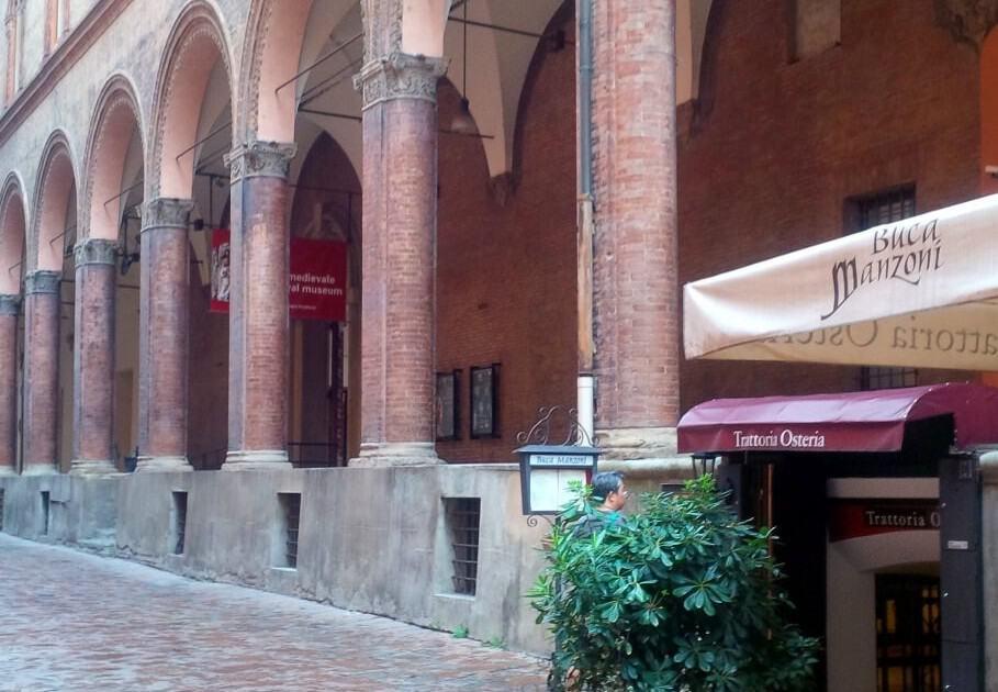 Pórticos no centro de Bolonha
