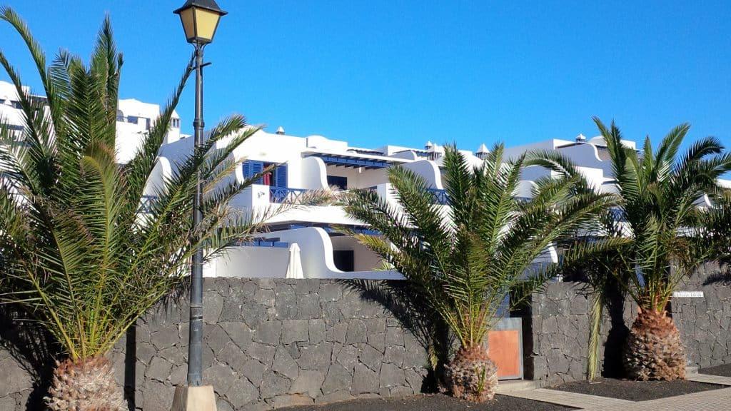 Hospedagem Airbnb na Ilha de Lanzarote (2015): casa na beira-mar para 4 pessoas, 3 quartos, 3 banheiros, sala, cozinha, sala de jantar, área de serviço, piscina, deck e terraço (total: 90 euros por dia)