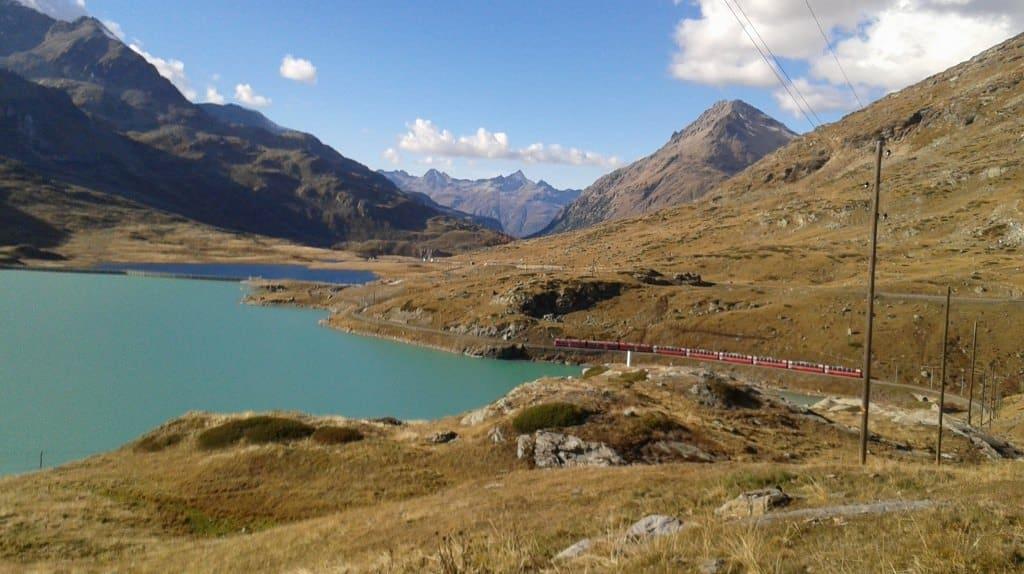 O Lago Bianco e o trenzinho vermelho, símbolo do Maçico Bernina