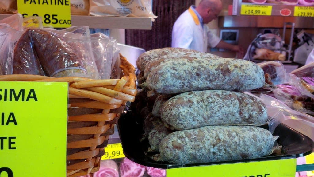 Venda de comida de rua. Um simples sanduíche recheado com salame