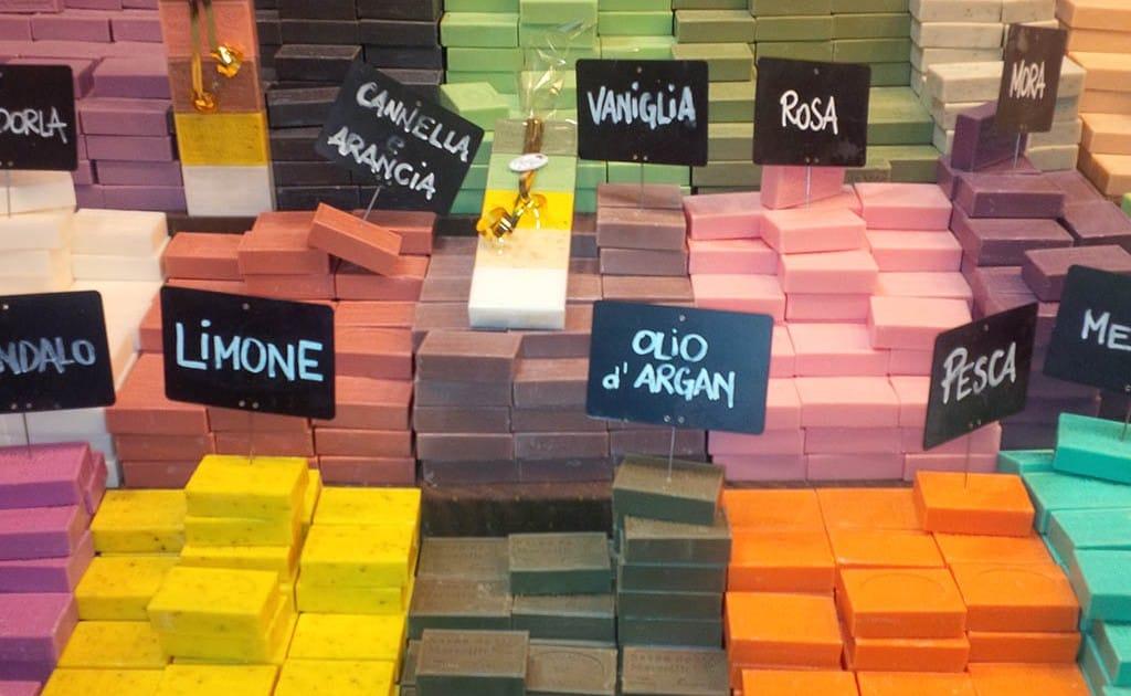 Produtos artesanais à venda na Feira de Artesanato de Milão