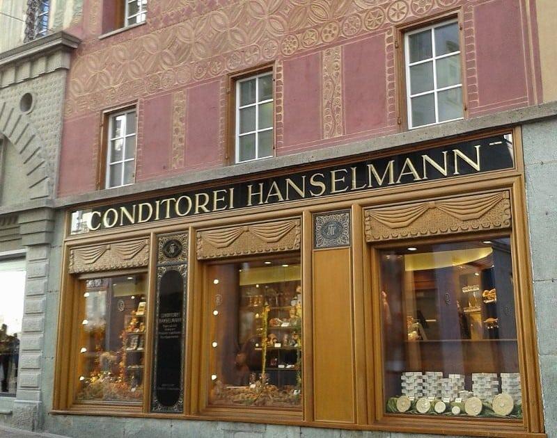 A famosa delicatessen Hanselmann no centro de St Moritz