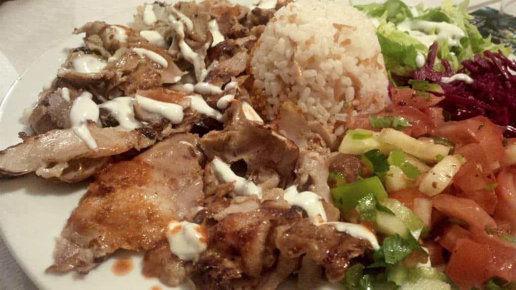 Kebab e arroz pilav - pratos típico da cozinha turca