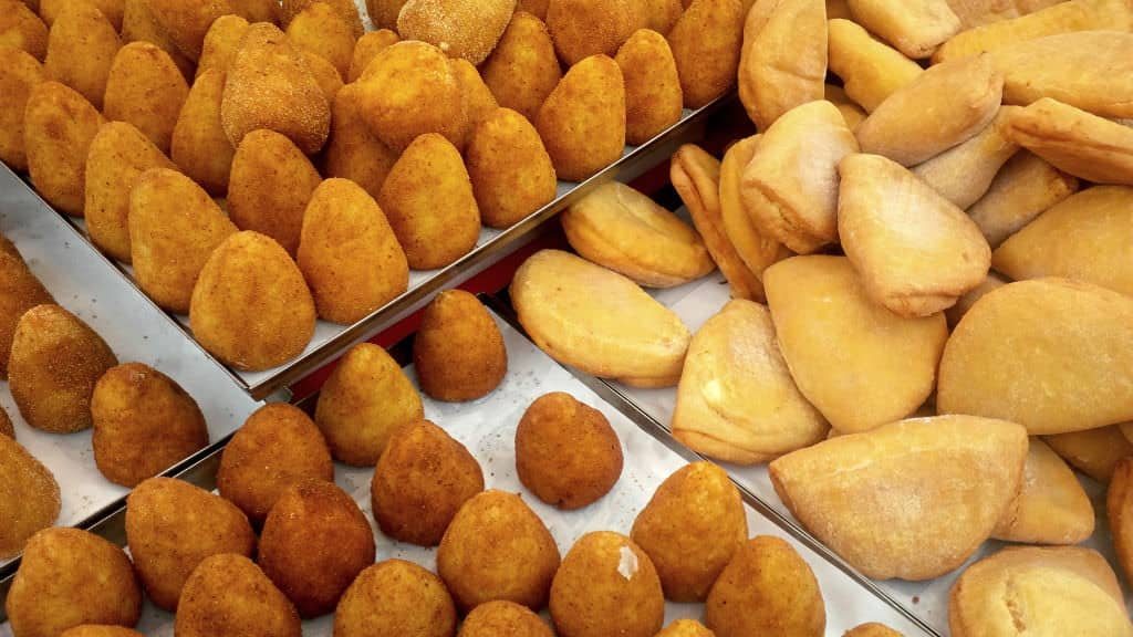 """Bandejas de """"arancini"""", bolinhos de arroz recheados"""