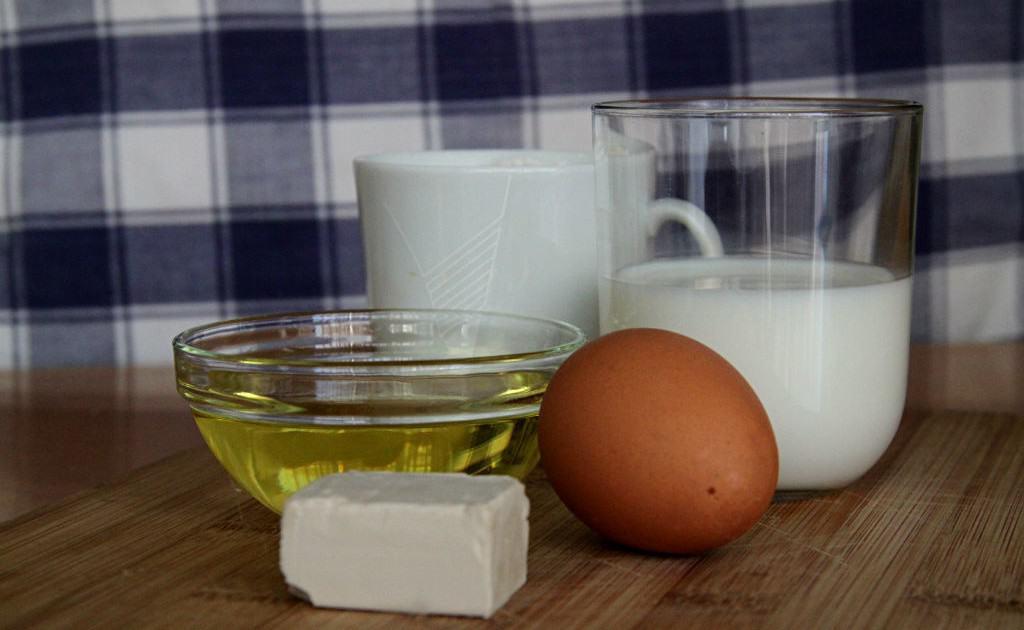 Ingredientes simples para preparar a massa do pide turco
