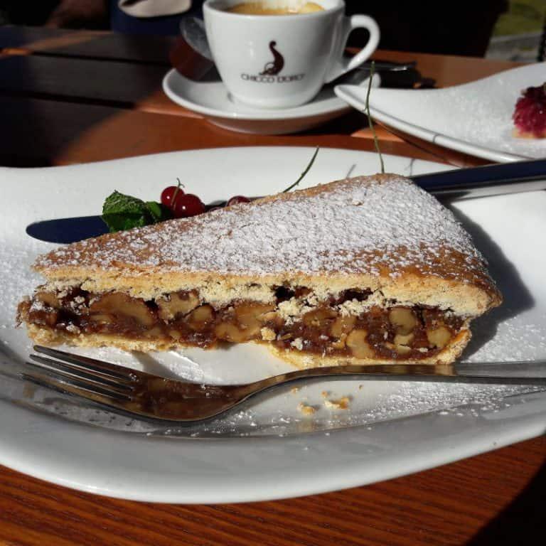 torta de nozes da engadina com café