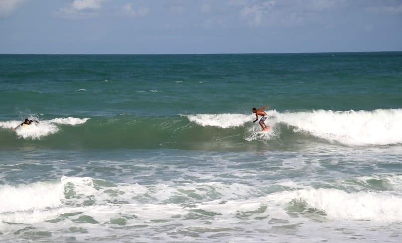 Surf na praia de Maracaípe