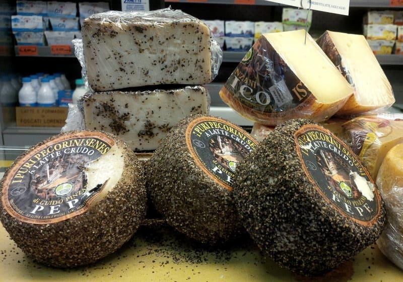 queijos selecionados no mercado gourmet de Milão