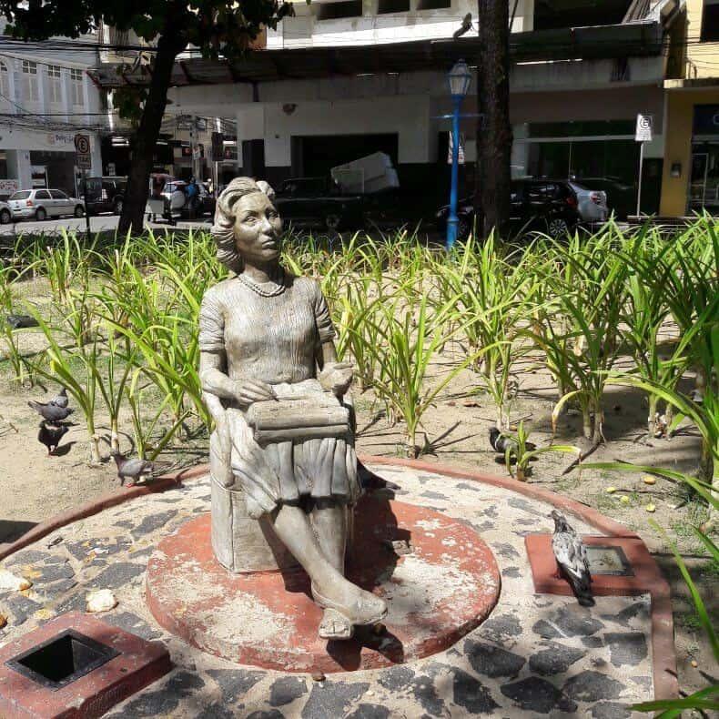 estátua de Clarice Lispector